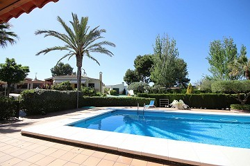 Detached Villa walking distance to town with a tennis court, pool, garage and casita
