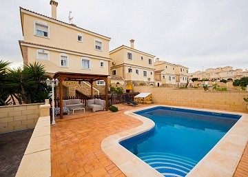 7 bedroom detached villa with pool - 290 sqm Accomodation - 10 minutes to Alicante and 1Km to golf