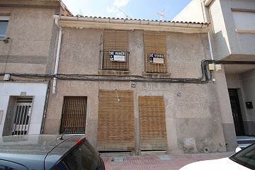 Town House with potential for a business or family home in Monovar