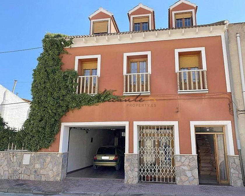 Large Townhouse in with private pool in Caudete in Alicante Property