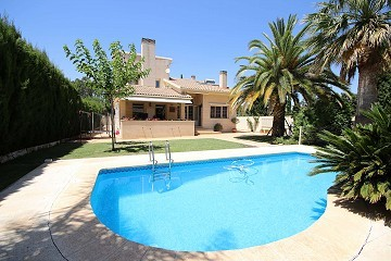 Large Detached Town House with a pool and garden