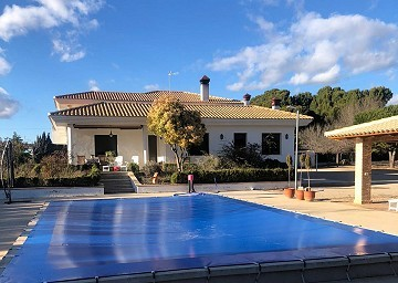4 Bedroom villa in Yecla with pool and large garage