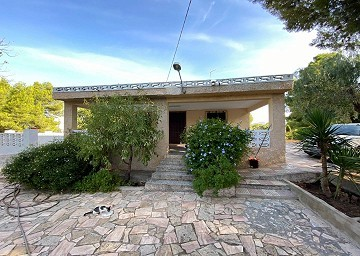 4 Bed Villa in Sax with Swimming Pool & Garage